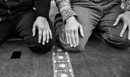 Bidden achter de Imam als het licht uitgaat.